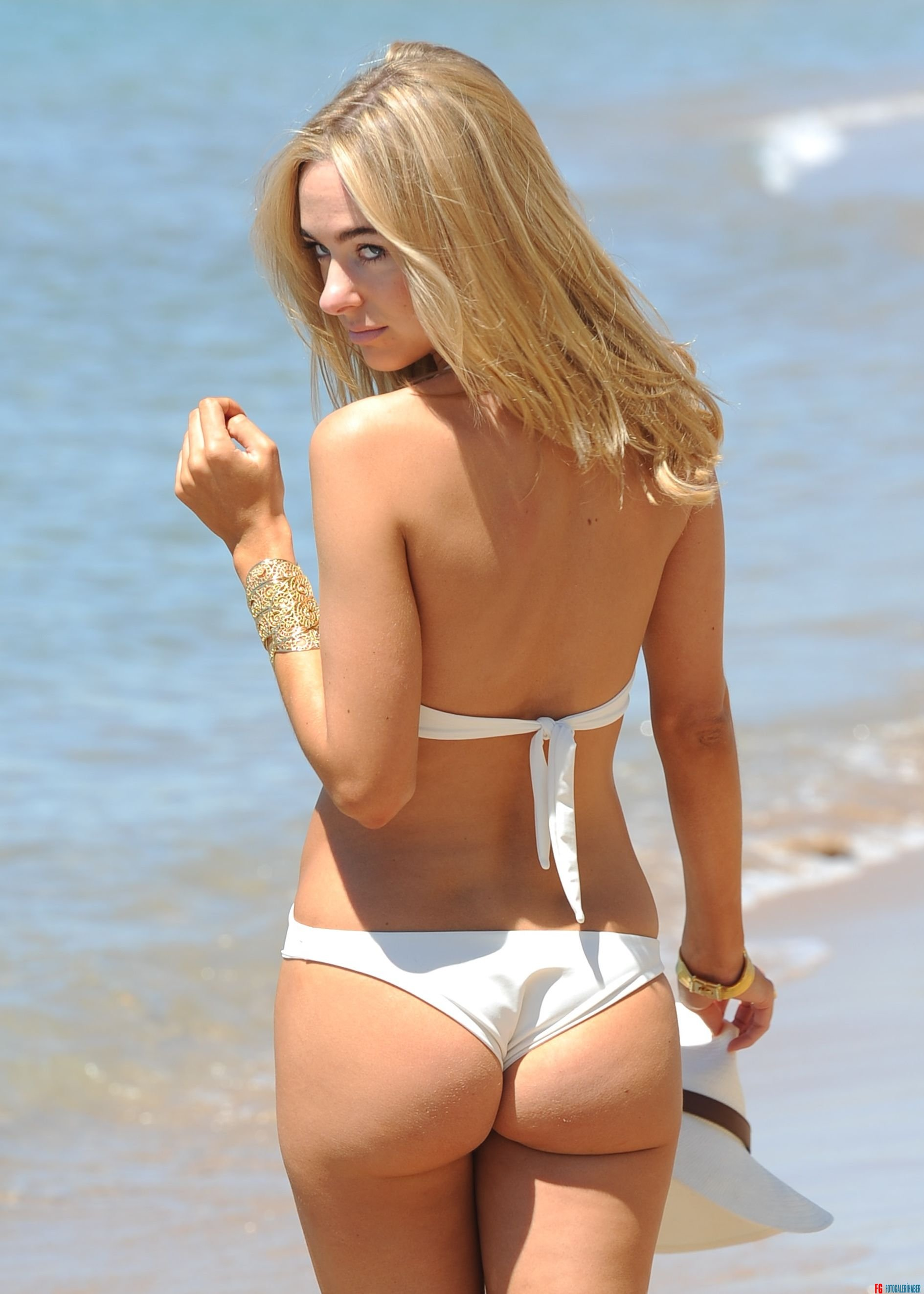 kimberley_garner_on_the_beach_in_cannes_5232015_8