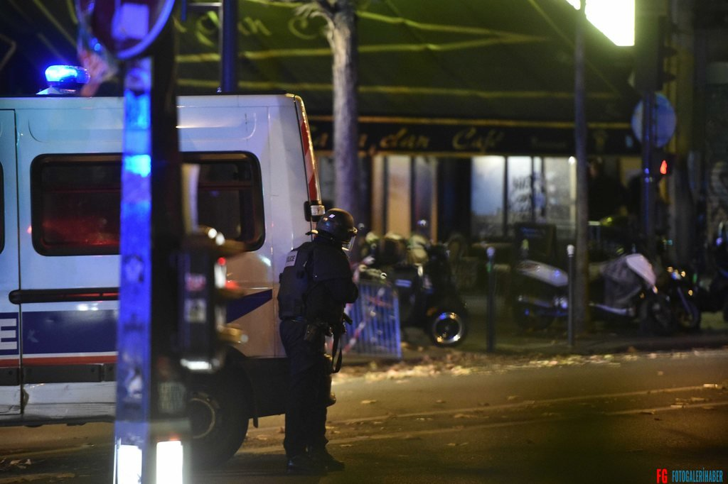 epa05023819 A plice officer is seen otuside the Bataclan concert venue in Paris, France, 13 November 2015, where a gunman has reportedly taken people hostage. At least 26 people have died in attacks in Paris on 13 November after reports of a shootout and explosions near the Stade de France stadium.  EPA/CHRISTOPHE PETIT TESSON