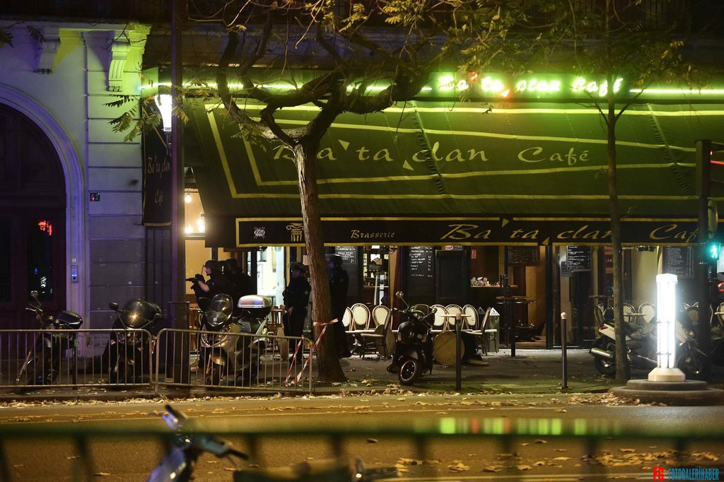 epa05023831 A general view of damage outside the Bataclan concert venue in Paris, France, 13 November 2015, where a gunman has reportedly taken people hostage. At least 26 people have died in attacks in Paris on 13 November after reports of a shootout and explosions near the Stade de France stadium.  EPA/CHRISTOPHE PETIT TESSON