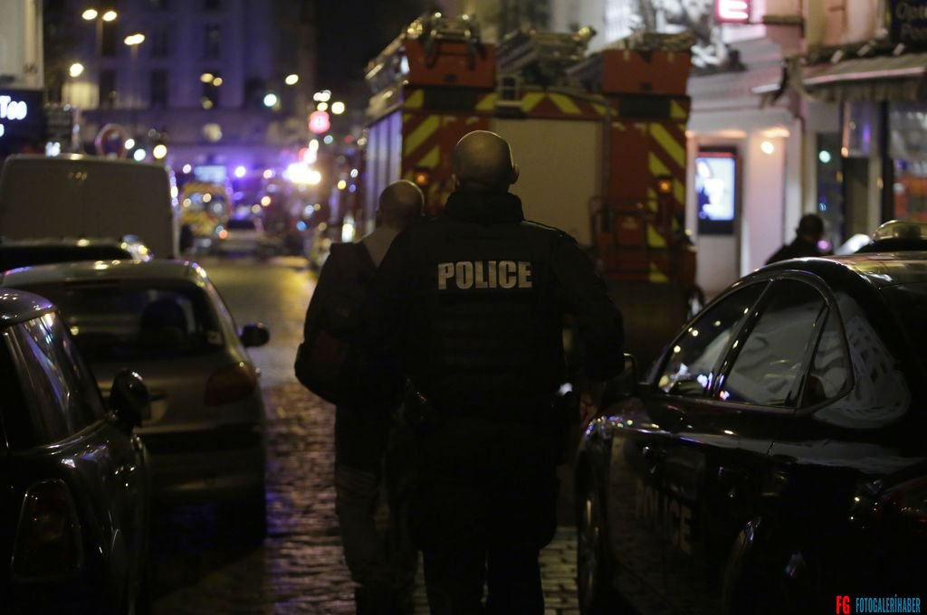 Police arrive at the scene of an attack in the 10th arrondissement of the French capital Paris, on November 13, 2015. At least 18 people were killed as multiple shootings and explosions hit Paris, police said. Police also said there was an ongoing hostage crisis in the Bataclan a concert hall in the French capital. AFP PHOTO / KENZO TRIBOUILLARD
